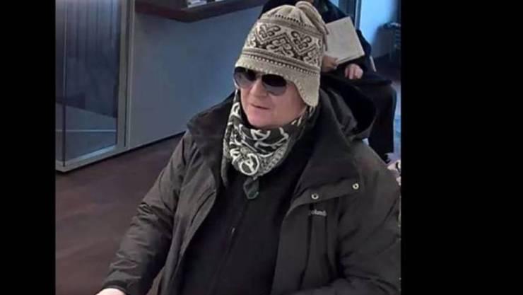 Norwegermütze und Skibrille: Dieser Mann soll fünf Banken in der Region Bern überfallen haben.