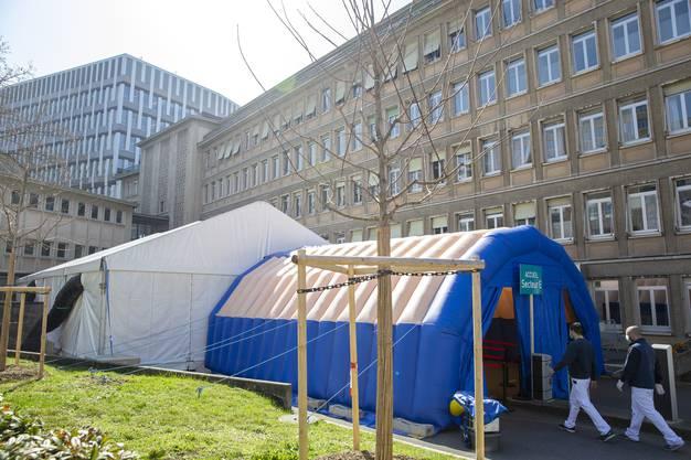 Vor dem Universitätsspital Genf wurde ein Zelt aufgestellt, um Covid-19-Tests durchführen zu können.