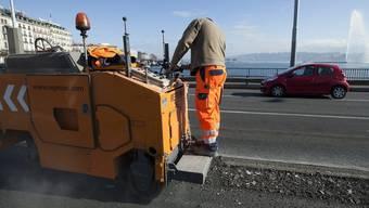 Ein Strassenbauer bei der Arbeit (Symbolbild)