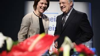 FDP-Präsidentin Petra Gössi (links) hat sich bei der Frage um die Nachfolge von Bundesrat Johann Schneider-Ammann (rechts) selber aus dem Rennen genommen. Sie verzichte auf eine Kandidatur, sagte sie in einem TV-Interview. (Archiv)