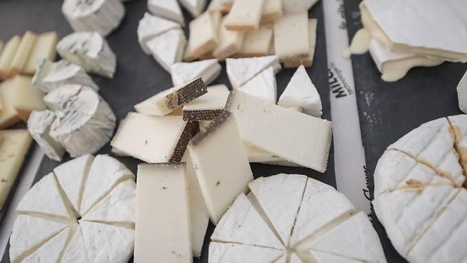 Schweizerinnen und Schweizer haben im letzten Jahr pro Kopf 320 Gramm Käse mehr gegessen. (Archivbild)