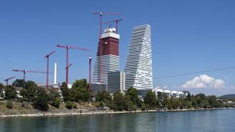 Der Pharmakonzern Roche markiert mit seinen Bürotürmen grosse Präsenz in Basel.
