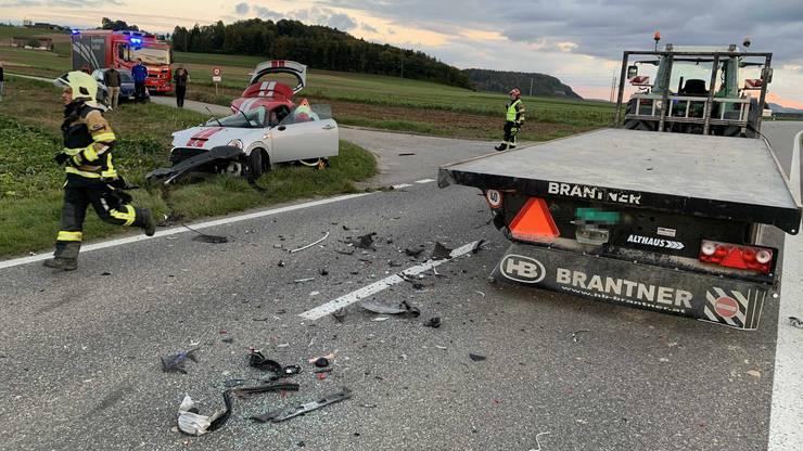Die Unfallverursacherin war in ihrem Wagen eingeklemmt. Sie musste mit leichten Verletzungen ins Spital gebracht werden.