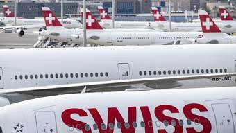 Einige Touristen stecken wegen fehlender Flüge in der Schweiz fest. Alleine die Lufthansa-Gruppe, zu der auch die Swiss gehört, strich wegen der Auswirkungen des Coronavirus im März rund 7100 Europa-Flüge.