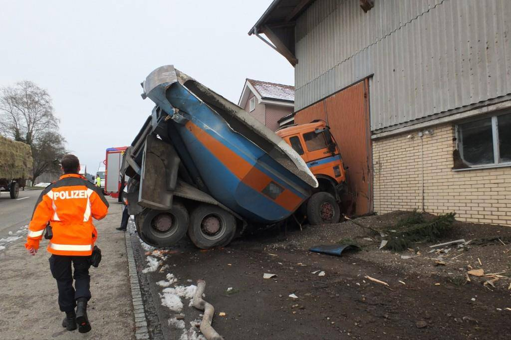 Lastwagen prallt in Lenggenwil in Scheune (© Kapo SG)