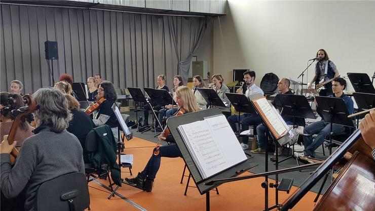 Musiker der Basel Sinfonietta mit Elia Rediger (rechts im Hintergrund mit Gitarre) bei den Proben für das LSD-Oratorium «Oh Albert».