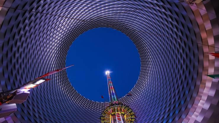 Tempi passati: Der neue Freefall Tower (im Bild der alte) wird sich nicht mehr durch das berühmte Loch in der Messehalle schrauben.