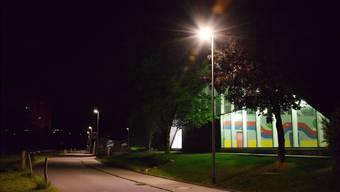 Intelligente Steuerung: An der Kanalstrasse bei der Badi schaltet sich die öffentliche Beleuchtung ein, sobald Fussgänger, Velo- oder Autofahrer nahen. mhu/Archiv az