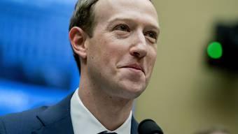 Der Internetkonzern Facebook baut nach dem Datenskandal sein Management um. Chris Cox ist künftig für die Apps von Facebook, Instagram, WhatsApp und Messenger verantwortlich.  Firmenchef bleibt Mark Zuckerberg. (Archiv)