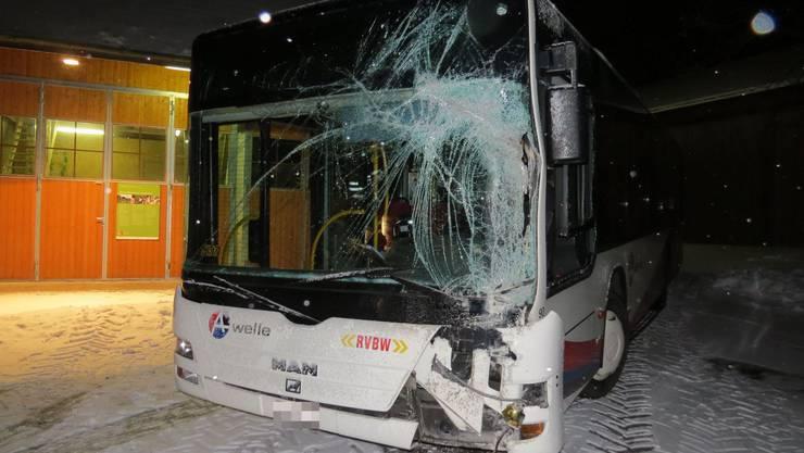 RVBW-Bus prallt gegen Gebäude.