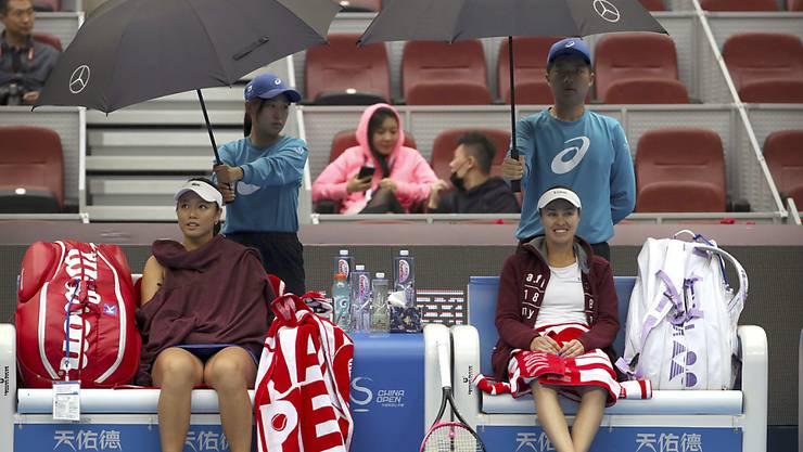 Martina Hingis (rechts sitzend) feiert in Peking einen weiteren Doppel-Triumph