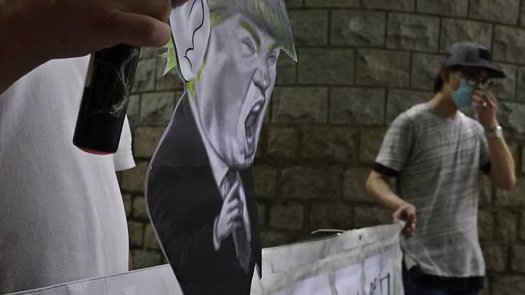 Pro-China-Anhänger bei einem Protest vor dem US-Konsulat in Hongkong. Foto: Vincent Yu/AP/dpa