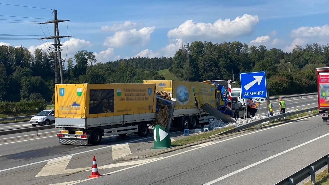 Reiden Dutzende Harassen Nach Lkw Crash Auf Der A2 Chauffeur Verletzt Pilatustoday