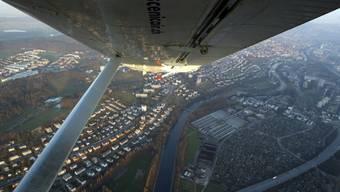 Der Nationalrat will, dass Freizeitpiloten mit dem Tower neben Englisch auch in einer Landessprache kommunizieren können. Im Bild ein Kleinflugzeug im Anflug auf Zürich-Kloten.