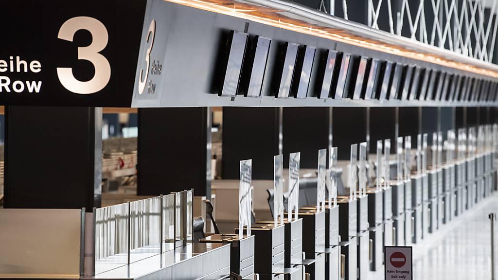 Leere Schalter am Flughafen Zürich: Wegen der Coronapandemie verzeichnete der Flughafen Zürich 2020 einen Rückgang der Passagiere von fast drei Viertel. (Symbolbild)