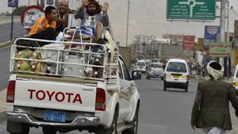 Jemeniten flüchten mit Hab und Gut aus der umkämpften Stadt Amran