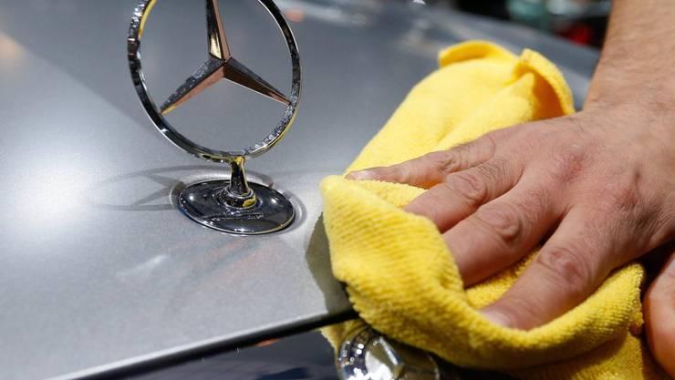 Haftet auch am Mercedes-Stern ein Makel? Nun ist der Autobauer Daimler im Abgas-Skandal ebenfalls im Visier der US-Justiz.