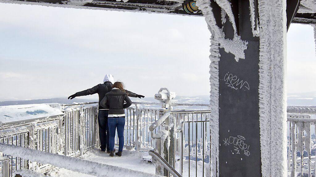 Zwei Besucher blicken vom Aussichtsturm auf dem Uetliberg in Zürich hinunter. (Archivbild)