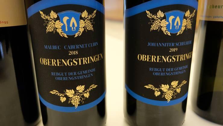 Zum Wohl: Links die alte und die neue Rotwein-Flasche, rechts die alte und die neue Weisswein-Flasche.  Die Sorten bleiben die gleichen: Malbec mit Cabernet Cubin (rot) und Johanniter mit Scheurebe (weiss).