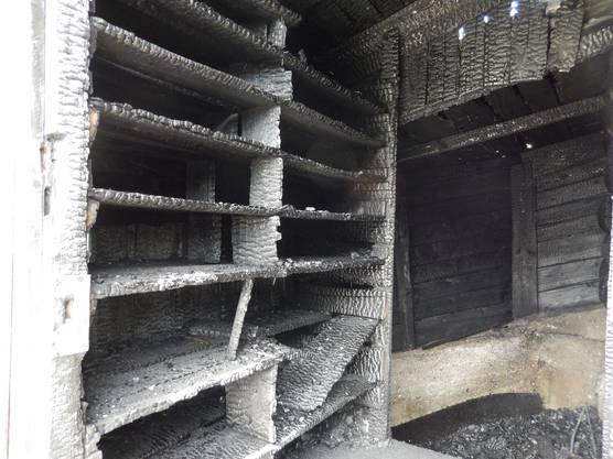 Auch im Innern der Hütte bietet sich ein Bild der Zerstörung.