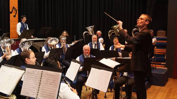 Dirigent Sergey Yelizarov gibt den Registern präzise Einsätze