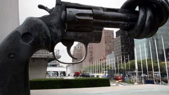 Ein Mahnmal gegen Gewalt ist die Skulptur vor dem Uno-Hauptsitz in New York. Nach Uno-Angaben gab es Ende 2017 weltweit 68,5 Millionen Flüchtlinge. Sie flohen vor Gewalt und Krieg. (Archiv)