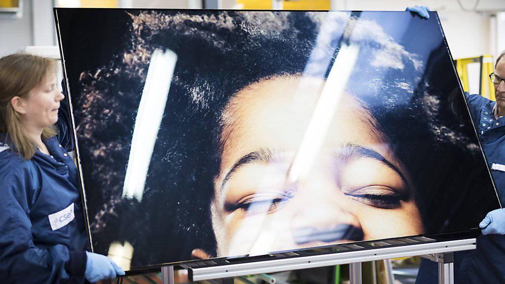Dieses Foto produziert Strom: Das Bild wird auf eine Folie gedruckt, die sich dauerhaft mit dem Fotovoltaikmodul verbindet. So verschwindet die Solarzelle hinter dem Foto, erzeugt aber weiterhin Strom.