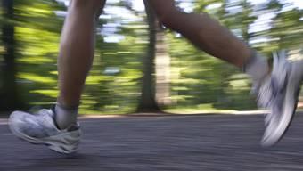 Er wäre besser im Wald als auf der Autobahn gejoggt: Der 31-jährige Sportler erhielt für seine verbotene Trainingsrunde eine Ordnungsbusse. (Symbolbild)
