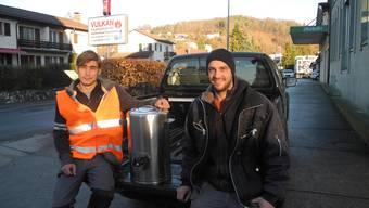 Tom Wyniger (links) und Fabian Dingetschweiler vor ihrem Pick-Up, mit dem sie die Feldküche nach Osteuropa transportieren.