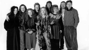 """Die Kelly Family zu ihrer besten Zeit in den 90er Jahren. Weil sie heute nicht mehr so """"knackig"""" aussehen wie damals, müssen sie sich beim Singen mehr Mühe geben, sagt Angelo Kelly. (Bildmitte)"""