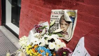 Foto von Etan Patz auf einer Zeitung an einer Gedenkstätte in der SoHo-Nachbarschaft in New York. (Archivbild)