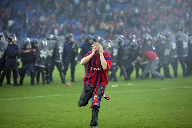 Ein FCB-Fan rennt davon, nachdem er von der Polizei eine Ladung Tränengas ins Gesicht bekommen hatte.