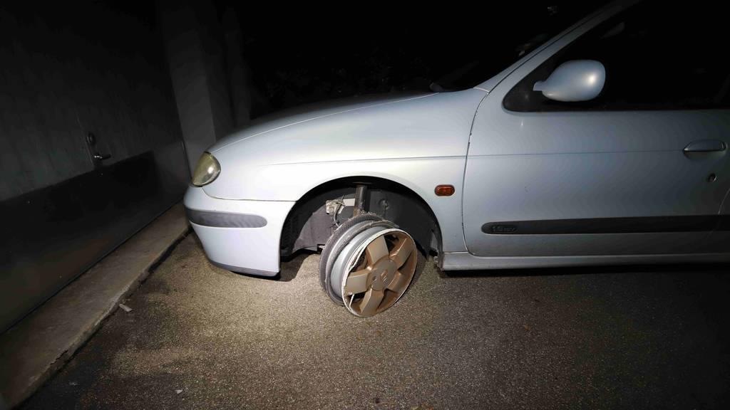 Spektakulärer Selbstunfall: Mann fährt auf drei Reifen heim