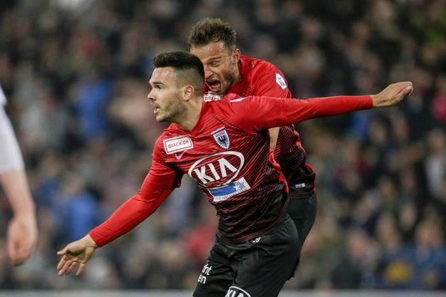 Goran Karanovic fliegt nach seinem 2:1-Treffer, Elsad Zverotic kommt angerannt um mit dem Torschützen zu feiern.