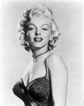 Dieses Portrait zeigt Marylin Monroe um 1956. Die spitz zulaufenden Körbchen waren ein Markenzeichen von ihr.