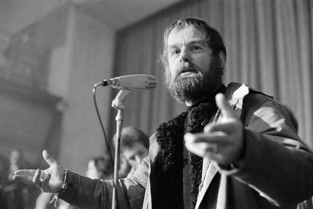 """Pfarrer Ernst Sieber spricht am 6. Januar 1971 an der Vollversammlung der Mitglieder der """"Autonomen Republik Bunker"""" im Volkshaus in Zürich."""