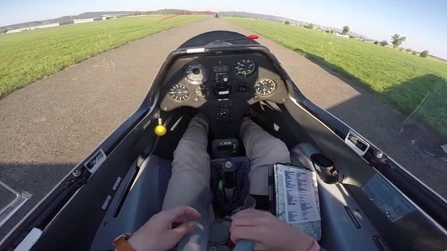 Enkel und Grossvater lassen sich zu Segelflugpiloten ausbilden. Die az hat Nico Zobrist und Kurt Widmer auf dem Flugplatz Birrfeld begleitet.