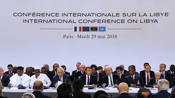 """Bei einer Konferenz in Paris haben sich libysche Konfliktparteien auf Wahlen im Dezember verständigt. Der Gastgeber, Frankreichs Präsident Macron (M), bezeichnete die Vereinbarung als """"entscheidenden Schritt zur Versöhnung"""" im Konflikt."""