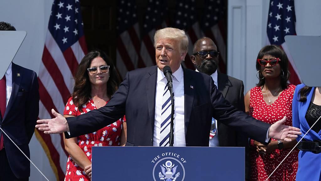 Donald Trump, ehemaliger Präsident der USA,  klagt gegen Twitter, Facebook und Google. Nachdem die Online-Plattformen ihm den Zugang verwehrt haben, wirft er ihnen Verletzung der Redefreiheit vor. Foto: Seth Wenig/AP/dpa Foto: Seth Wenig/AP/dpa