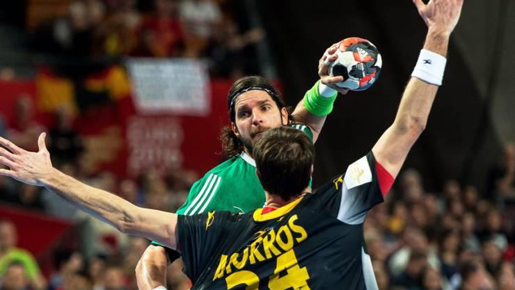Der Spanier Morros (vorne) blockt gegen Ungarns Goalgetter Laszlo Nagy