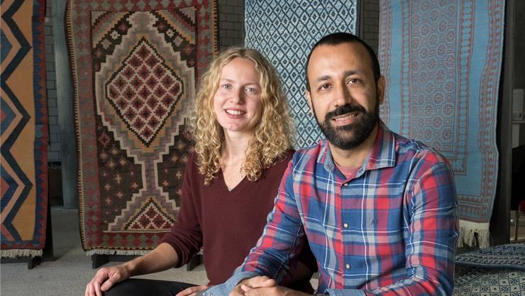 Valérie Sauvin und ihr Partner Prem Nemat inmitten der Teppiche, die sie an ihrer Ausstellung präsentieren. Alex Spichale