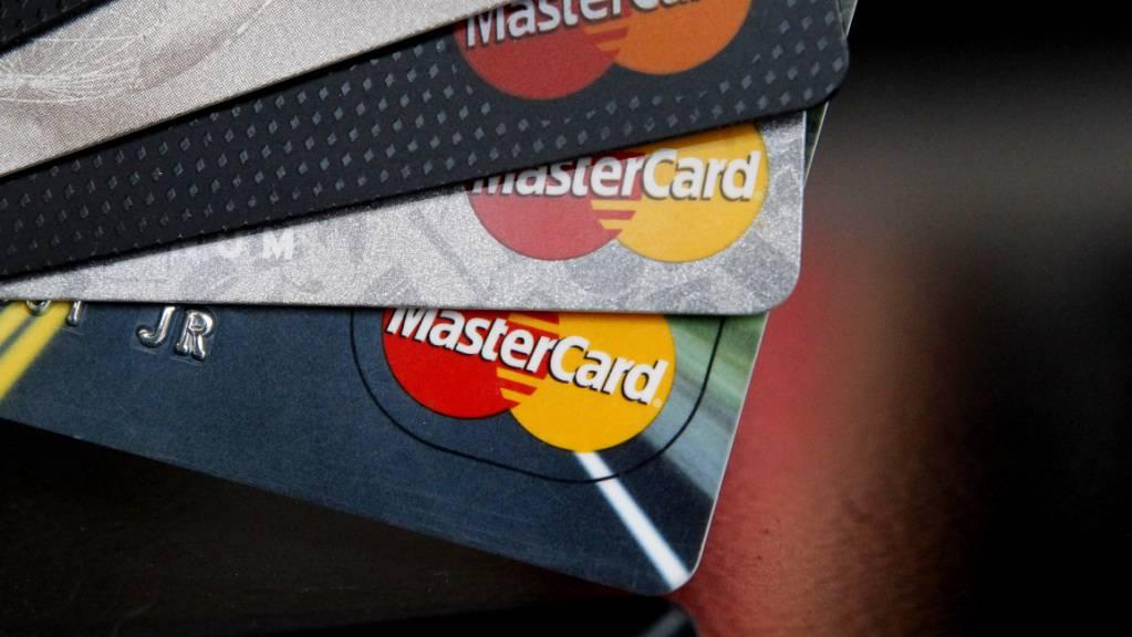 Die Coronakrise brockt Mastercard starken Gewinnrückgang ein. (Archiv)