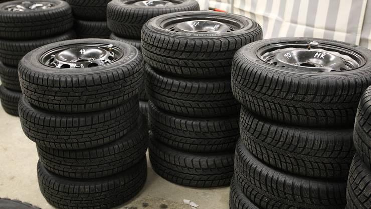 Die Zürcher Kantonspolizei ist in Oberglatt auf ein Lager von Dutzenden gebrauchten Reifen, Felgen und Autorädern gestossen. (Symbolbild)