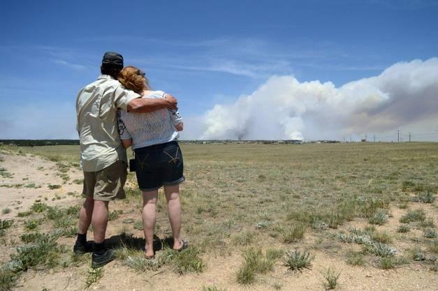 Dave and Linda Burgess können nichts zu tun: Sie sehen zu, wie in der Nähe ihres zuhauses in Black Forest Rauch aufsteigt