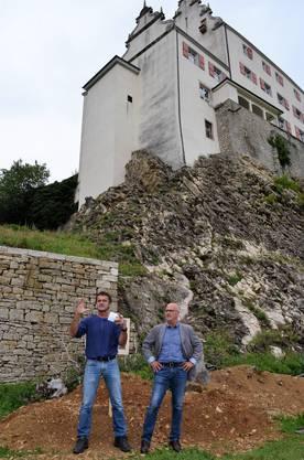 Die Sanierung der 400-jährigen Bruchsteinmauern beim Schloss Kasteln in Oberflachs ist demnächst abgeschlossen;Bruno Stadler (l.) und Roland Fischer von der Stiftung Etuna, Hof Kasteln, bei ihrer Rede.