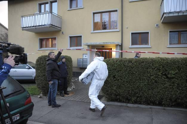 Ein Mitarbeiter der Spurensicherung betritt den Ort, wo sich Frank J. selbst erschoss
