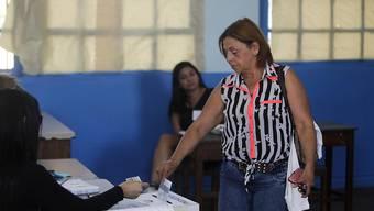 Eine Frau gibt in der Hauptstadt San José ihre Stimme ab.