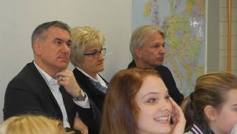 Besuch im Klassenzimmer: Schulleiter Patrick Geiger, Regierungsrat Alex Hürzeler, Rita Bucher undChristian Aeberli (von links). stg