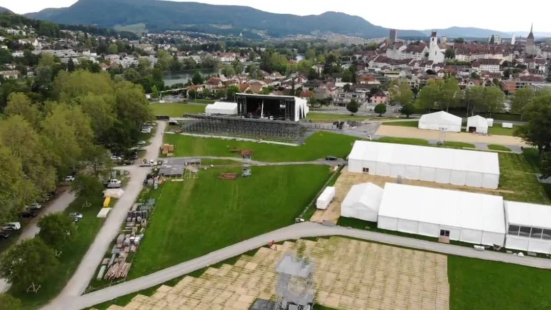 Fliegen Sie mit der Drohne zur Turnfest-Haupttribüne in Aarau (3. Juni 2019)