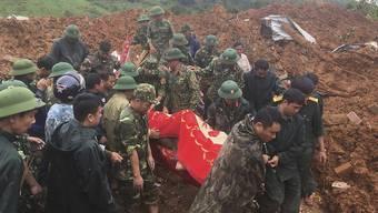 Armeeoffiziere bergen in der Provinz Quang Tri eine Leiche. Foto: Tran Le Lam/VNA/AP/dpa